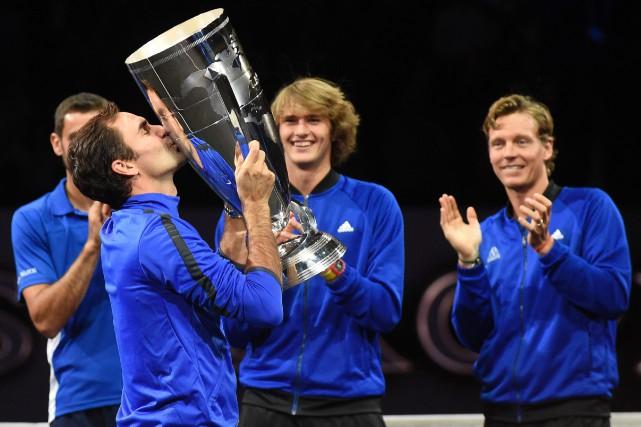 Roger Federer a embrassé la Coupe Laver après... (Photo Michal Cizek, AFP)