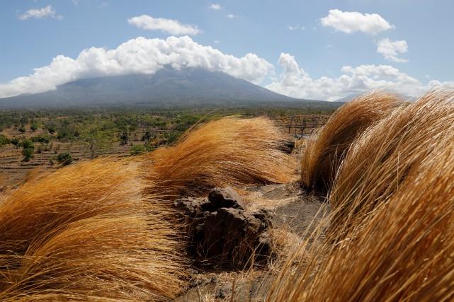 Le mont Agung, situé à un peu plus... (REUTERS)