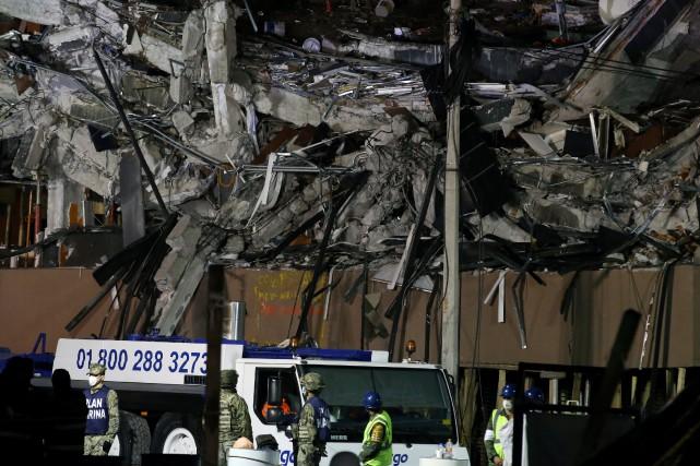 Des opérations de secours se poursuivaient sur au... (PHOTO REUTERS)
