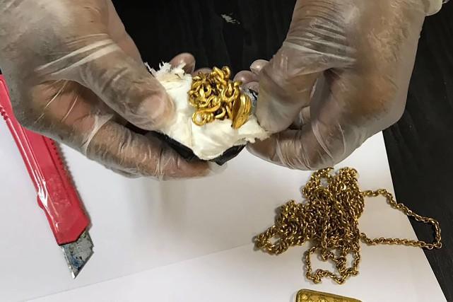 Les policiers ont trouvé sept petits lingots et... (Photo AFP)