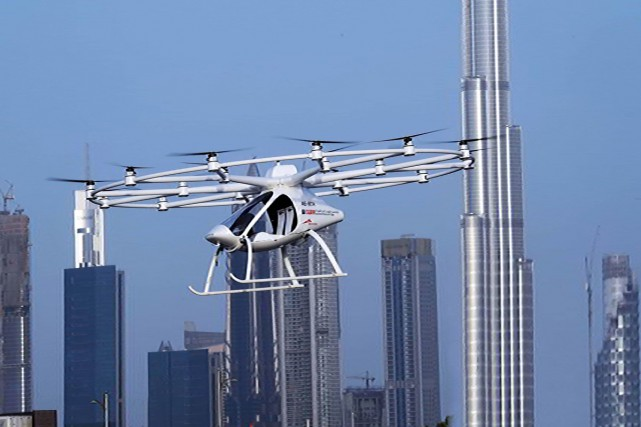 Dubaï a annoncé lundi un premier test réussi pour un taxi-volant électrique... (PHOTO AFP)