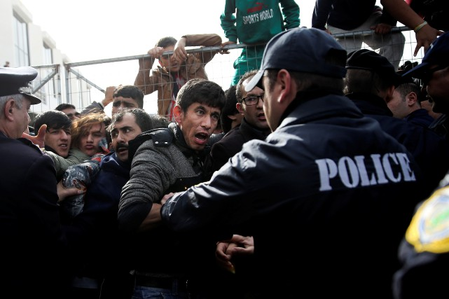 Des policiers auraient frappé des migrants à coups... (ARCHIVES REUTERS)