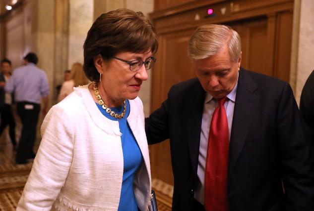 La sénatrice Susan Collins en compagnie de son... (PHOTO AFP)