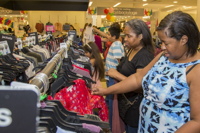 «La confiance des consommateurs s'est légèrement érodée en... (AP)