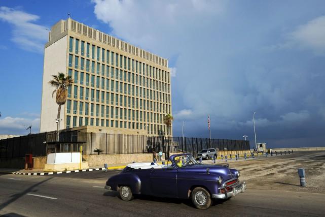 Au moins 21 employés de l'ambassade des États-Unis... (PHOTO AFP)