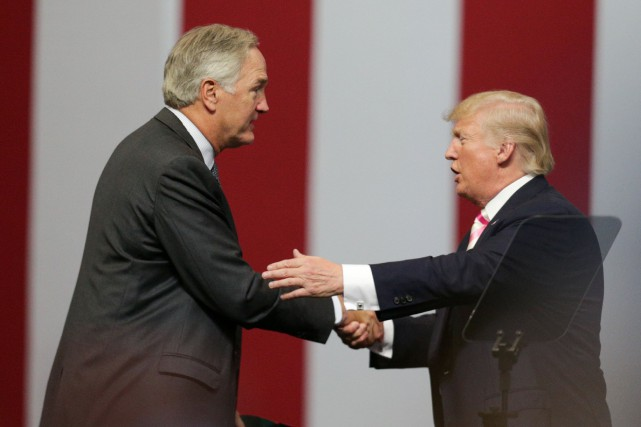 Luther Strange et le président américain Donald Trump... (PHOTO Marvin Gentry, REUTERS)