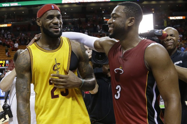 LeBron James et Dwyane Wade en décembre 2014.... (ARCHIVES AP)