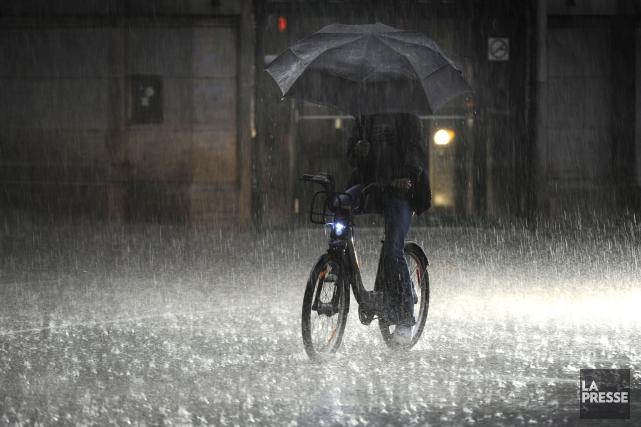 Des orages au Québec ont provoqué de la pluie intense, la chute d'arbres et des... (PHOTO BERNARD BRAULT, ARCHIVES LA PRESSE)