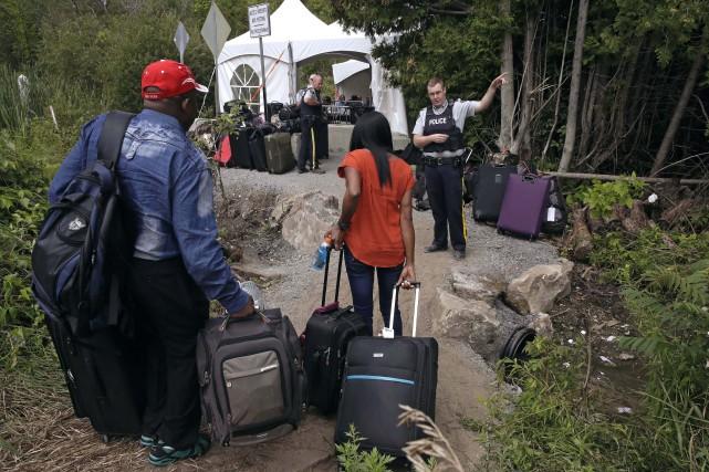 Les autorités comptaient en moyenne 100 arrivées par... (PHOTO Charles Krupa, ARCHIVES AP)