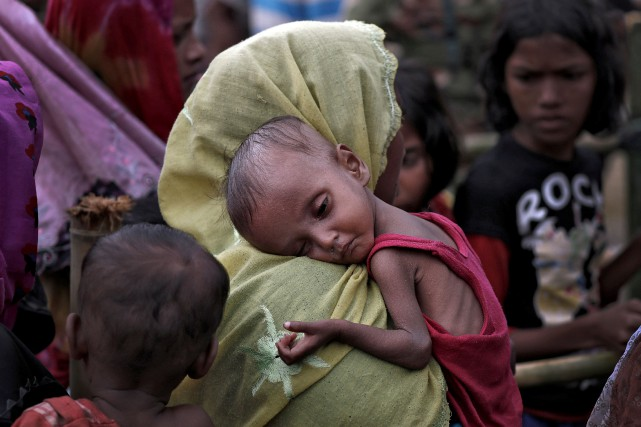 Une femme issue de la minorité birmane rohingya porte... (PHOTO Cathal McNaughton, REUTERS)