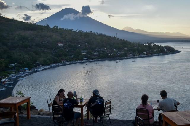 Les volcanologues estiment qu'une éruption dumont Agungest probable... (AFP)