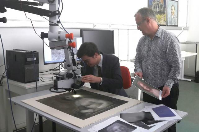 Bruno Mottin, conservateur en chef, examine un dessin... (PHOTO AP)