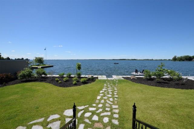 La propriété est installée le long d'une baie,... (Photo fournie par Re/Max des Mille-Îles S.G.)