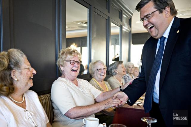 Le maire Denis Coderre a rencontré des aînés... (PHOTO PATRICK SANFAÇON, LA PRESSE)