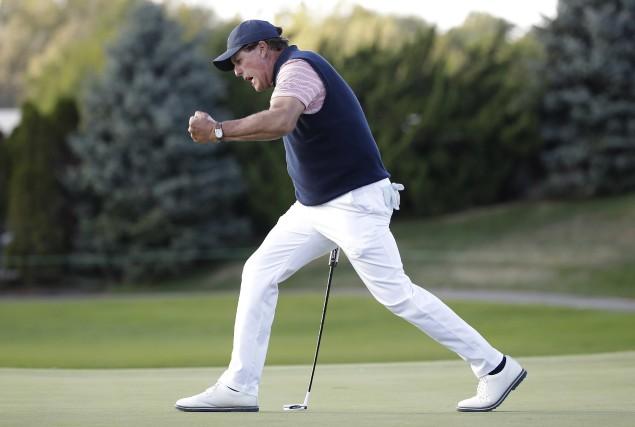 Phil Mickelson a calé un coup roulé de... (Photo Julio Cortez, Associated Press)