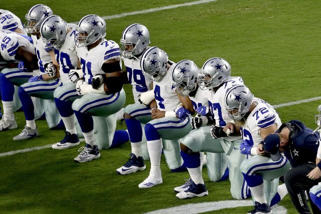 Les joueurs des Cowboys ont mis leurs genoux... (PHOTO Matt York, AP)