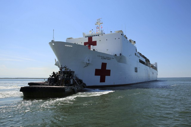 Un bateau-hôpital de la Marine américaine est arrivé... (PHOTO AP/MARINE AMÉRICAINE)