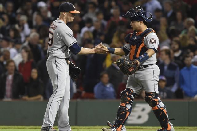 Ken Giles et Juan Centeno des Astros célèbrent... (PHOTO Bob DeChiara, USA TODAY Sports)
