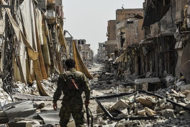 Acculés dans une ultime poche de Raqa par... (PHOTO BULENT KILIC, AFP)