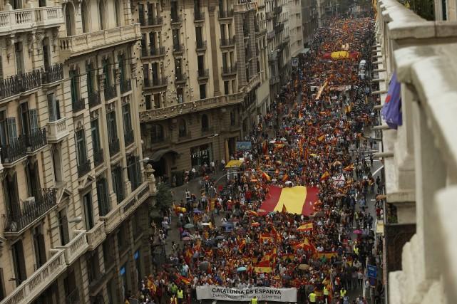Une foule dense a pris d'assaut les rues... (PHOTO Manu Fernandez, AP)