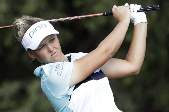 Brooke Henderson (photo) se trouve à -17 au... (Photo Darron Cummings, Associated Press)