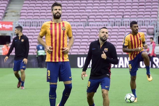 Gerard Piqué (à gauche) lors de l'entraînement d'avant... (PHOTO AFP)
