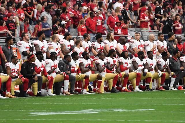 Les joueurs des 49ers ont formé deux rangées... (PHOTO AFP)