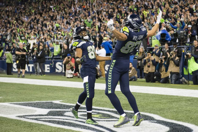 Luke Willson (82) célèbre dans la zone des... (Photo Troy Wayrynen, USA Today Sports)
