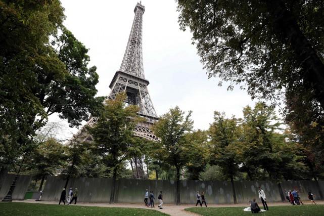 La tour Eiffelsera éteinte lundi soir en hommage aux victimes des attaques de... (PHOTO AFP)