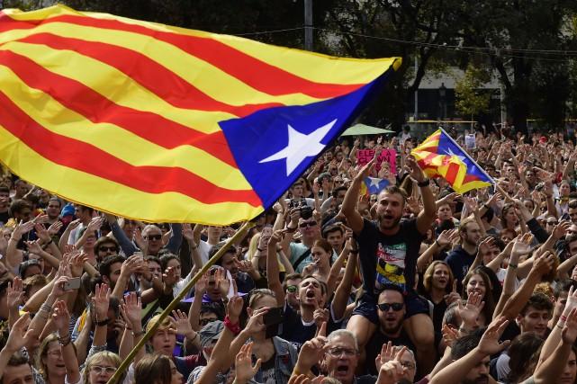 Agitant leurs drapeaux indépendantistes, les manifestants tenaient des... (Photo Pierre-Philippe Marcou, Agence France-Presse)