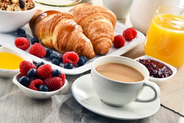 Sauter le petit-déjeuner ou mal s'alimenter en début de journée double le... (PHOTO THINKSTOCK)