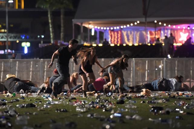 Des festivaliers ont tenté de se cacher des... (PHOTO AFP)