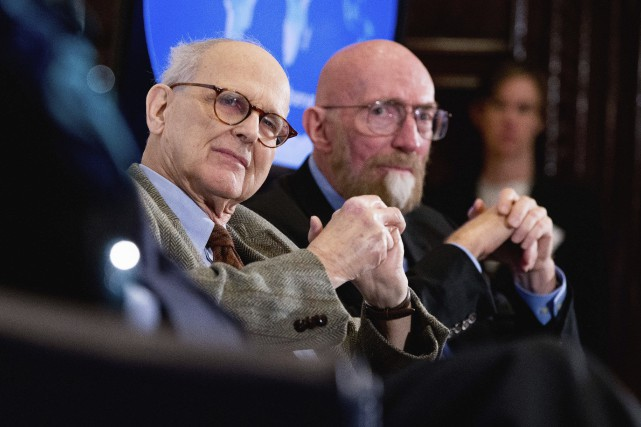 Rainer Weiss (à gauche) et Kip Thorne se... (Photo Andrew Harnik, Archives Associated Press)