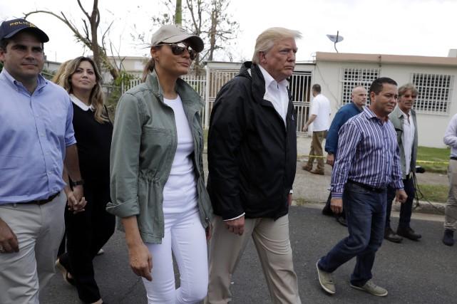 Donald Trump et son épouse Melania constatent les... (PHOTO AP)