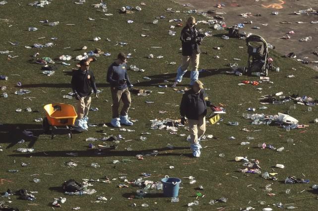 Des enquêteurs scrutent le terrain où avait lieu... (Photo Marcio Jose Sanchez, Associated Press)