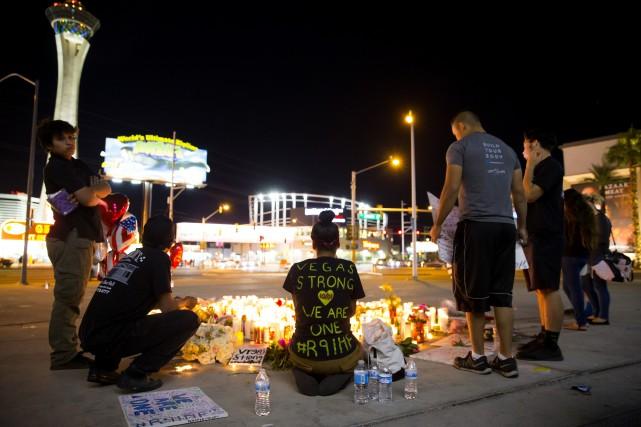 Des gens se reccueillent sur le Las Vegas... (PHOTO THE NEW YORK TIMES)