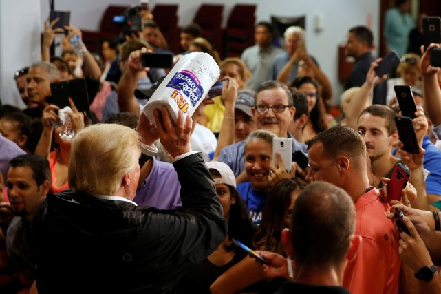 Donald Trump a distribué des rouleaux d'essuie-tout dans... (PHOTO REUTERS)
