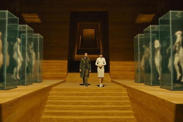 Ryan Gosling et Sylvia Hoeks dans Blade Runner... (Photo tirée du site IMDB)