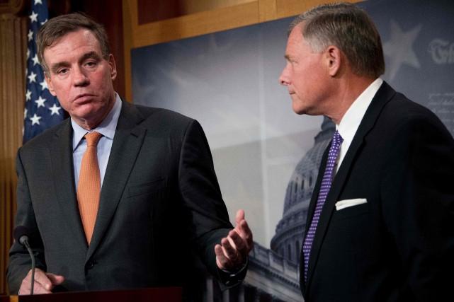 L'assistant-directeur et le directeur de la commission du... (PHOTO JIM WATSON, AFP)