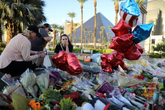 Des fleurs ont été déposées près du lieu... (PHOTO REUTERS)