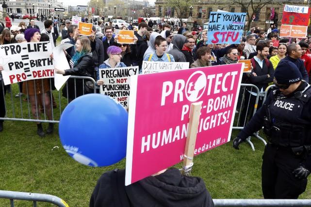 Des manifestants pro et anti-avortement sont séparés par... (ARCHIVES PC)