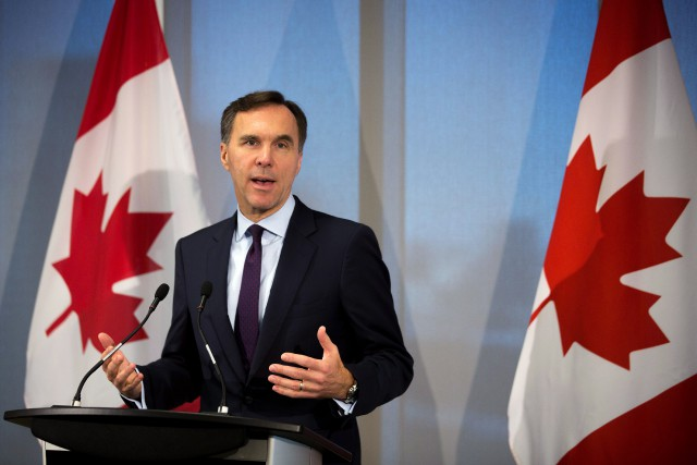 Bill Morneau a rencontré jeudi matin des économistes... (Photo Chris Donovan, La Presse canadienne)