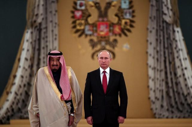 Vladimir Poutine a accueilli le roi Salmane au... (PHOTO REUTERS)