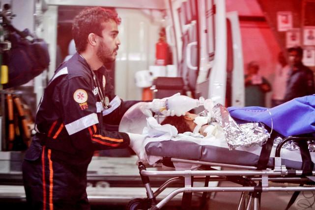 L'incendie aurait fait «environ 50 blessés», en plus... (PHOTO LINCON ZARBIETTI, AFP)