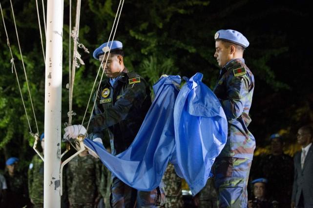 Des casques bleus décroche le drapeau de l'ONU... (PHOTO Dieu Nalio Chery, AP)