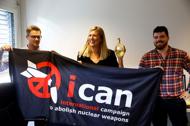 Daniel Hogsta, Beatrice Fihn et Will Fihm, de l'ICAN.... (Photo Denis Balibouse, REUTERS)