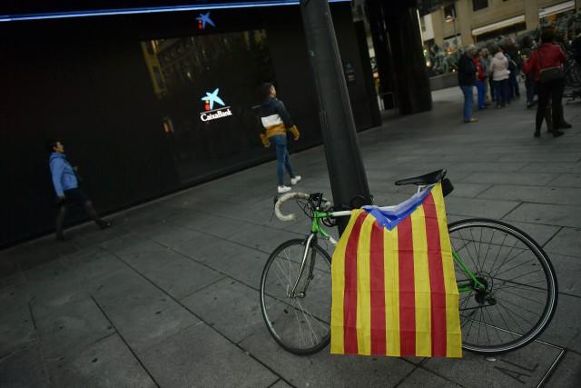 Un vélo portant le drapeau pro-indépendance de la... (PHOTO Alvaro Barrientos, AP)