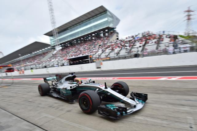 Lewis Hamilton lors de son retour aux puits... (PHOTO AFP)