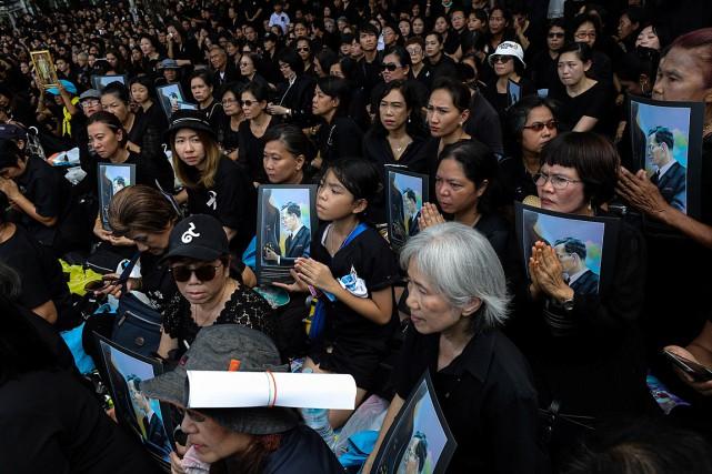 Des sympathisants du roi Bhumibol Adulyadej ont participé... (PHOTO ATHIT PERAWONGMETHA, REUTERS)