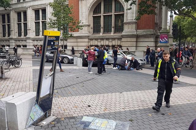 Un homme a été arrêté après avoir heurté... (PHOTO AFP/TIRÉE DU COMPTE TWITTER @STEFANOSUTTER)